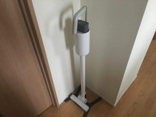 プラスマイナスゼロコードレスクリーナーを部屋の角に収納