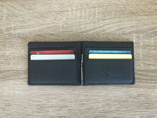 PEYNEマネークリップの内側にカードが4枚入った状態